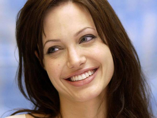 Джоли стала профессором экономики