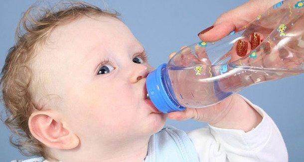 Когда можно давать новорожденному ребенку воду
