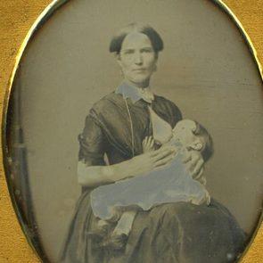 Фото: викторианские женщины кормят грудью и не стесняются этого
