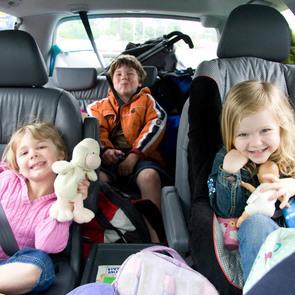Врачи просят не оставлять детей одних в машине на жаре