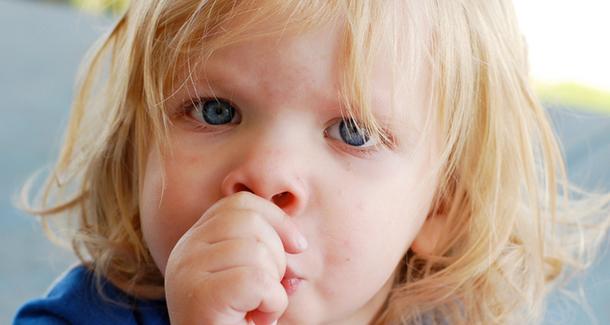 8 хороших способов отучить ребенка сосать палец (и четыре плохих)