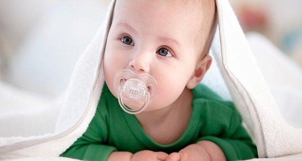 Как приучить новорождённого ребёнка к пустышке
