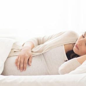 Ученые просят беременных не спать на правом боку