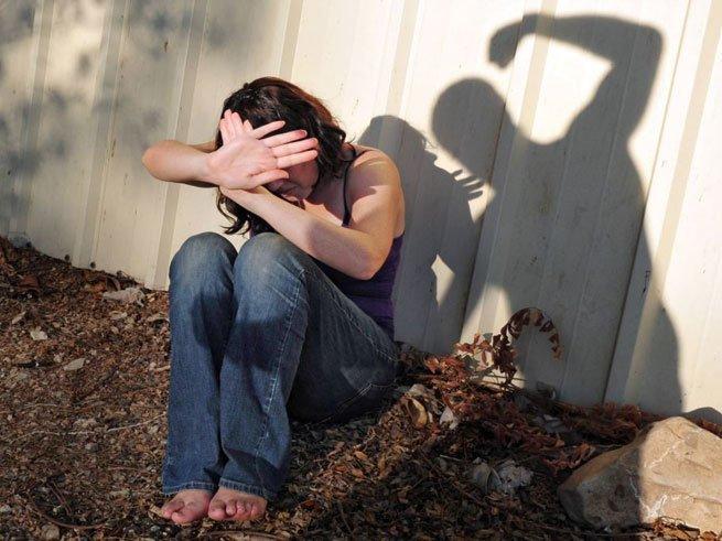 Почему мужчина оскорбляет и бьёт женщину