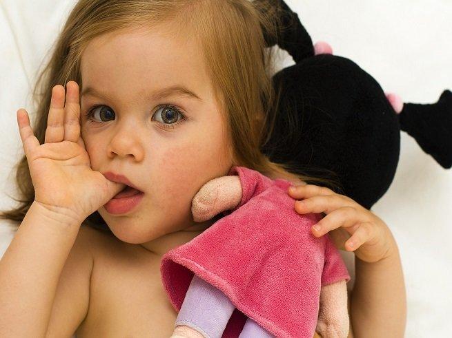 Ребенок сосет палец - как отучить?
