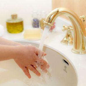 Необычный способ приучить детей мыть руки
