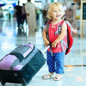 Как подготовиться к полету с ребенком: главные лайфхаки
