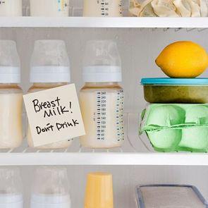 Пять диких вещей, которые мамы делают с грудным молоком