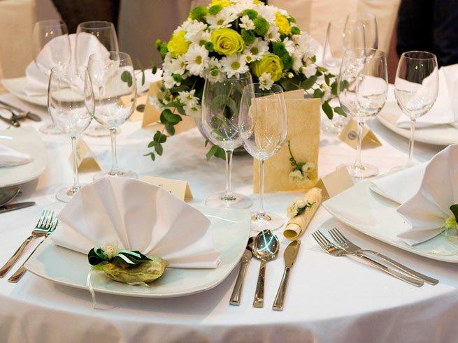 Как украсить свадебный стол