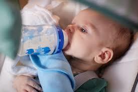Педиатры просят мам не закреплять детские бутылочки