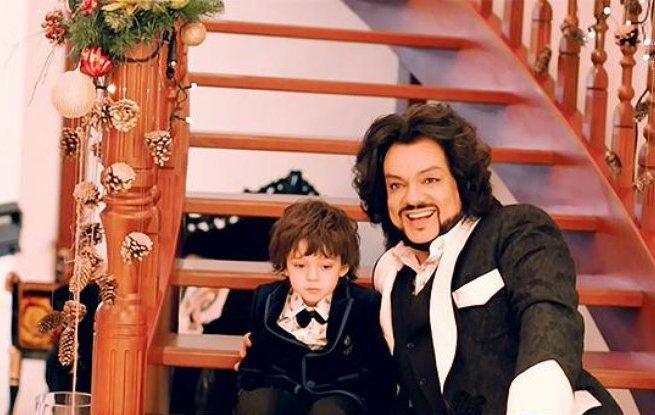 Филипп Киркоров снялся в новогодней фотосессии вместе с детьми