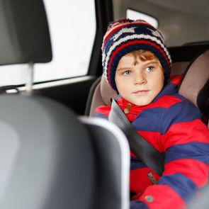 С детей просят снимать зимние куртки во время перевозки в автокреслах