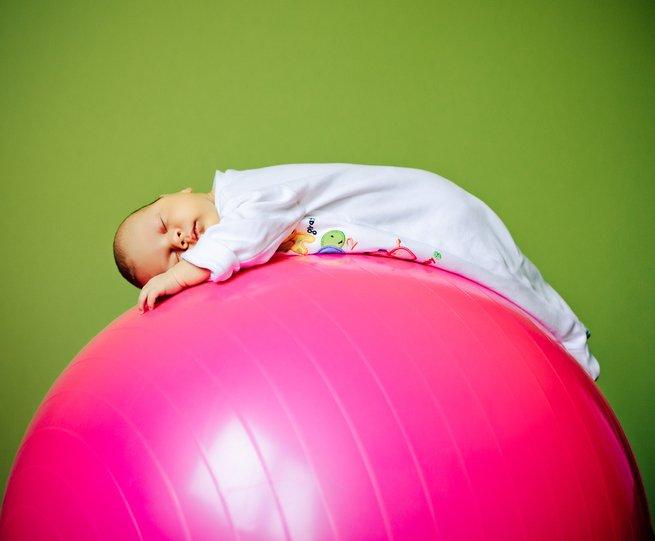 3 полезных упражнения для занятий на фитболе с малышом