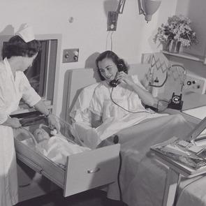 10 шокирующих отличий родов в XX веке от современных
