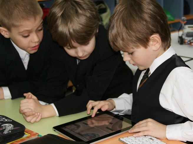 Стойки для зарядки мобильных телефонов появятся во всех школах
