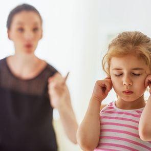 Ребёнок болезненно реагирует на критику: что делать?