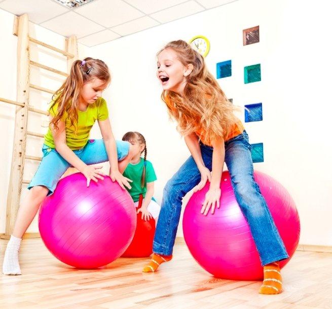 В норвежской школе детей вместо стульев посадили на фитболы