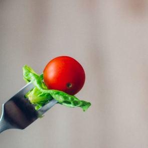 Беременные вкусы: почему хочется есть мел, клубнику и селедку?