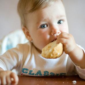 Роспотребнадзор рассказал, каким хлебом можно кормить детей