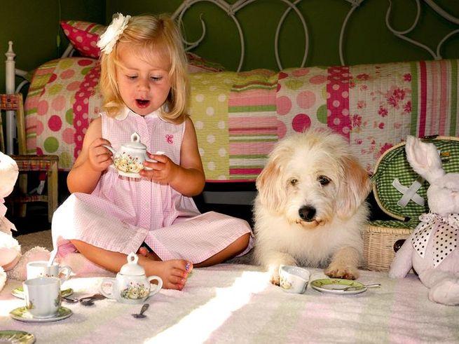 Даже 9-месячные девочки охотнее играют с посудой, чем с машинками