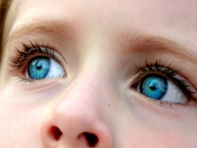 Почему ребёнок часто моргает глазами