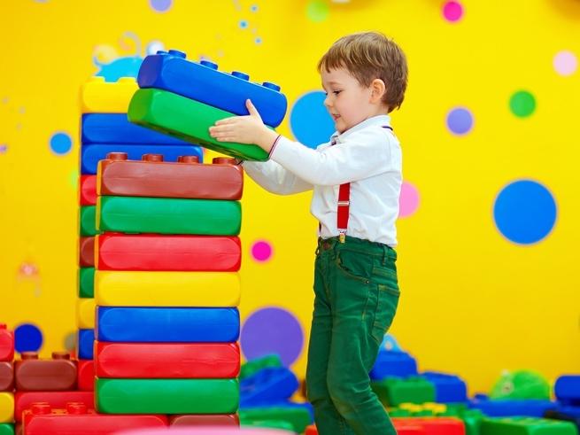 Оставляем малыша в детской комнате: золотые правила безопасности