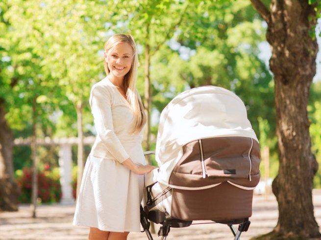 С пользой для дела: чем заняться маме на прогулке с грудничком