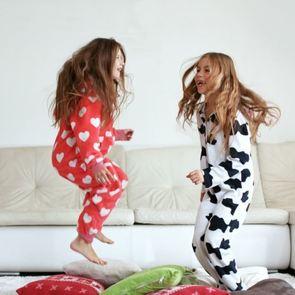 6 забавных ситуаций: чем действительно заняты дети, когда родители уходят из дома