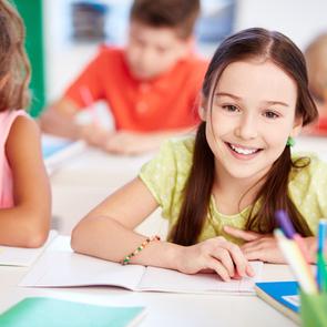ВЦИОМ: россиянам финансово трудно собрать детей в школу