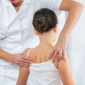 Нарушения осанки у детей: чем это опасно и как лечить
