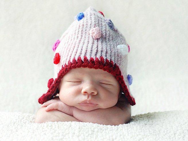 Новорождённый ребёнок икает во сне