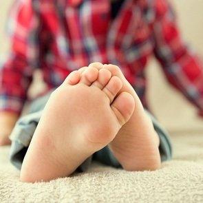 Почему у ребёнка облезает кожа на пальцах рук и ног