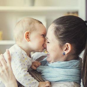 ВИДЕО: Реакция людей, впервые взявших на руки младенца