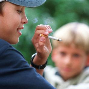Родителей несовершеннолетних курильщиков хотят начать штрафовать