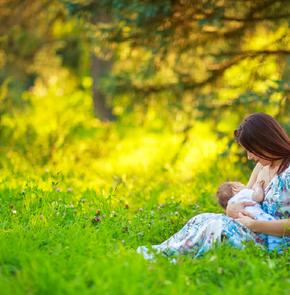 6 звёздных мам, которые кормят грудью всегда и везде