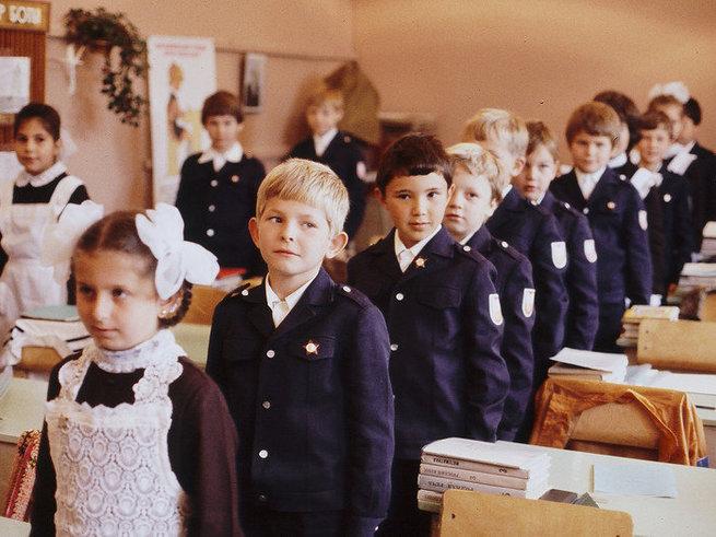 Родители российских школьников голосуют за форму