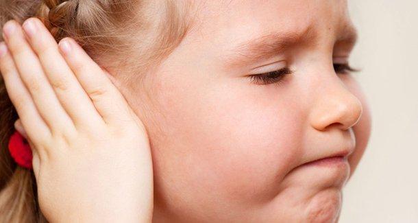 Что делать, если у ребенка 3 лет болит ухо?