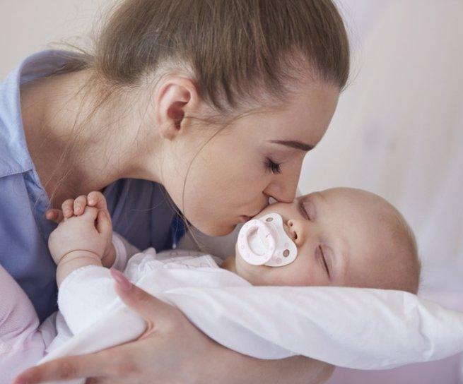 Учёные объяснили, почему не следует целовать в губы маленьких детей