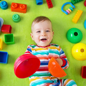 Учёные объяснили, почему много игрушек у ребёнка – это плохо