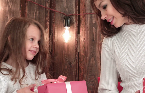 10 новогодних подарков дешевле 500 рублей для девочек