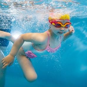 Держаться на воде, управлять телом и эмоциями — чему учат в студиях раннего плавания