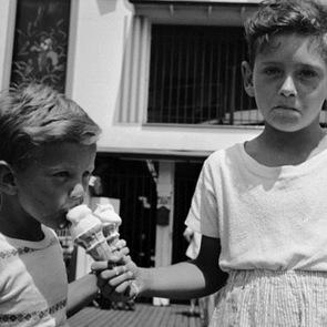 14 ретро-фотографий о детской любви к мороженому