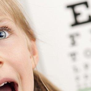 Со скольки лет можно носить контактные линзы детям?