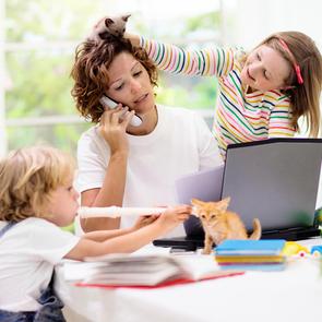«Творю и работаю с детьми на голове»: 7 действующих лайфхаков от детского автора и многомамы