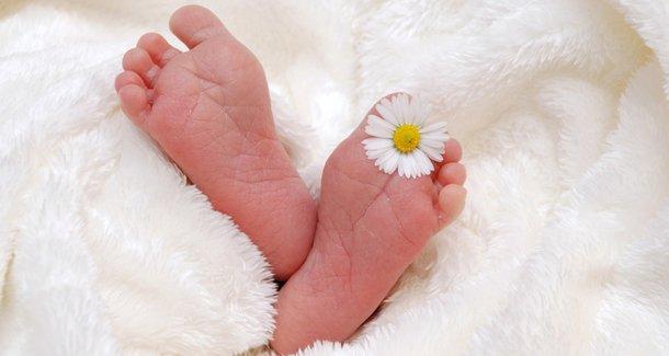 Почему у младенца розовая моча