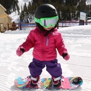 Видео: годовалая девочка покорила снежные вершины и стала звездой интернета