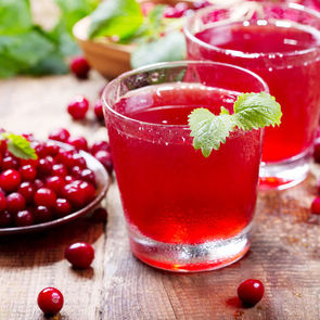 В сезон простуд врачи советуют пить сок из клюквы