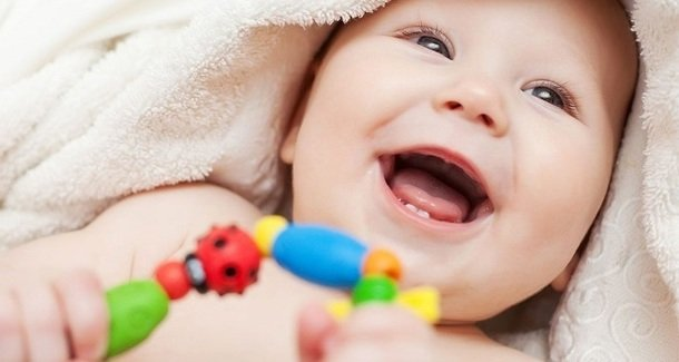 У малыша короткая уздечка под языком: подрезать или не подрезать?