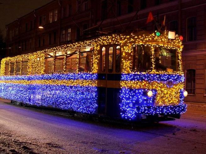 На московских улицах появился новогодний трамвай
