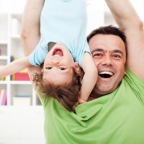 Почти половина отцов до 35 лет готова сидеть с детьми в декрете